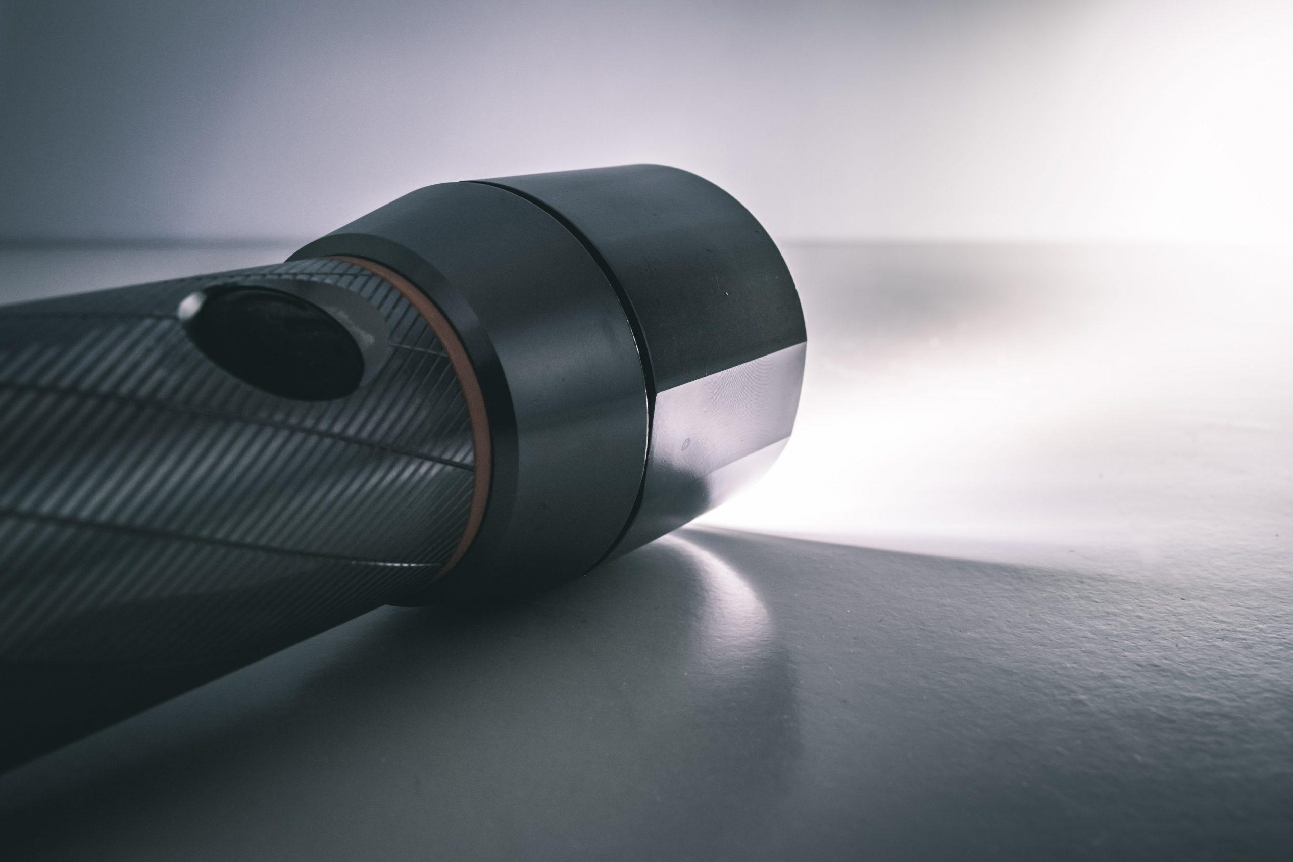 Na foto uma lanterna acesa.