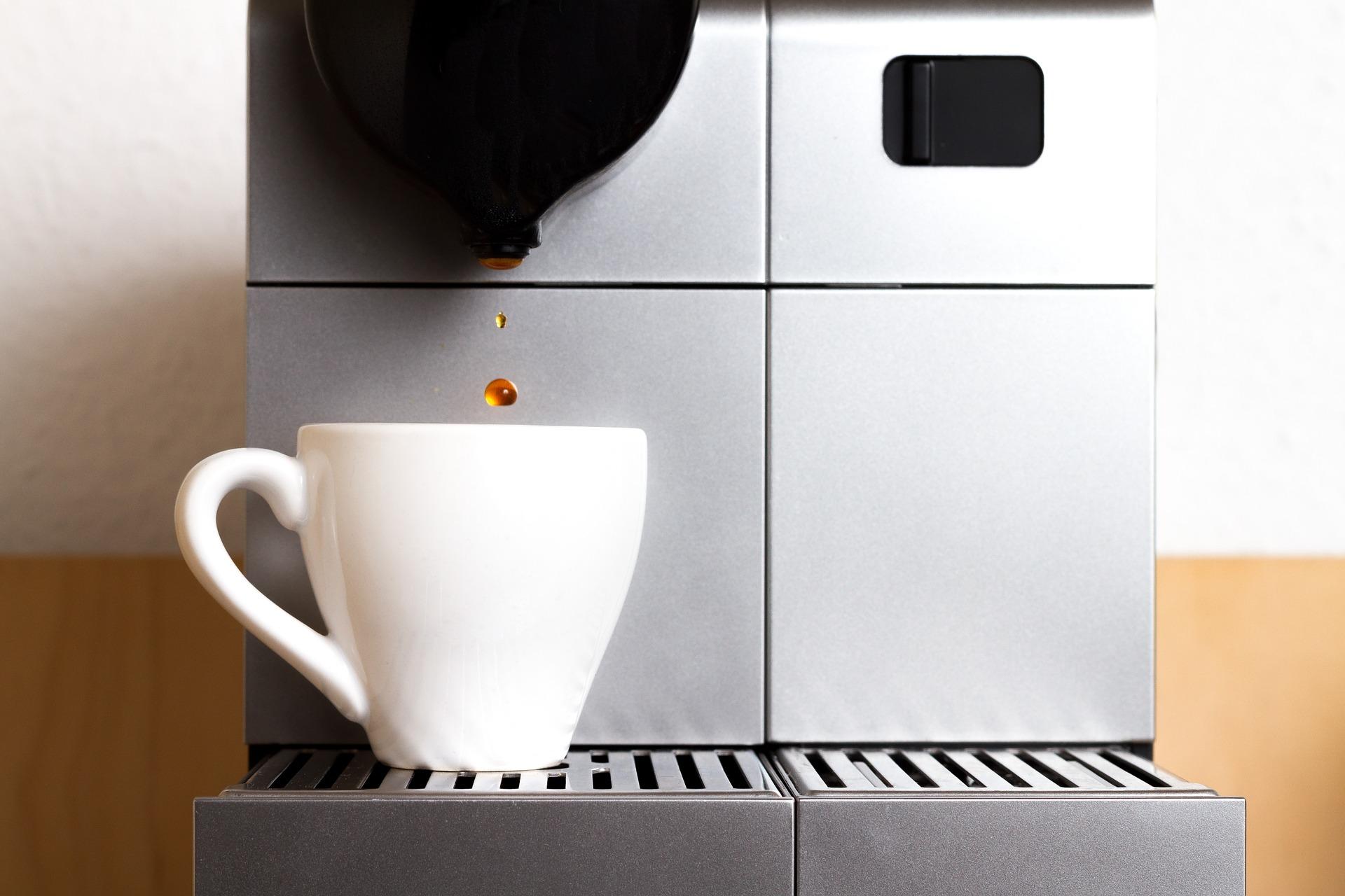 Máquina de fazer café com xícara.