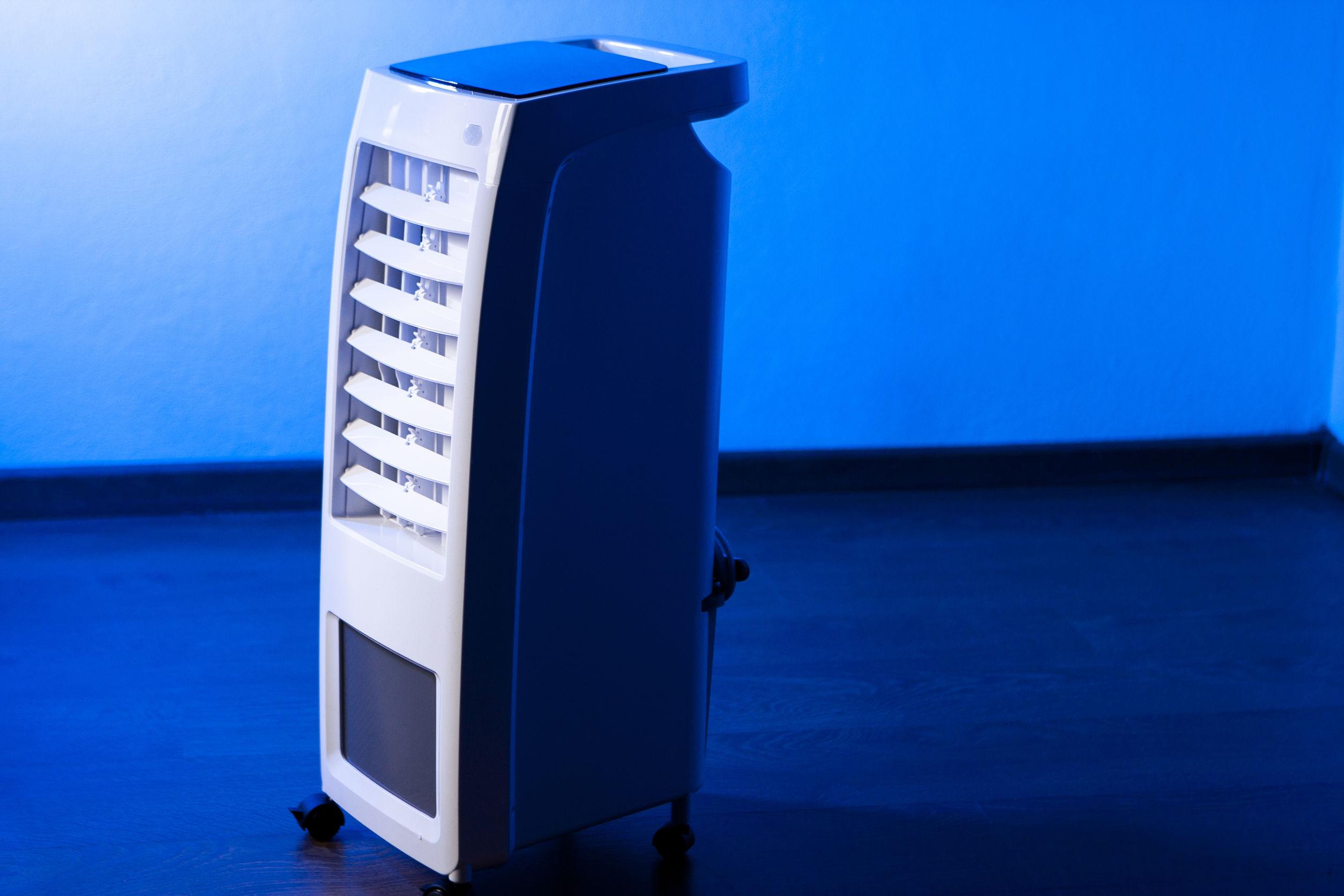 climatizador de ar em ambiente com luz azul de fundo