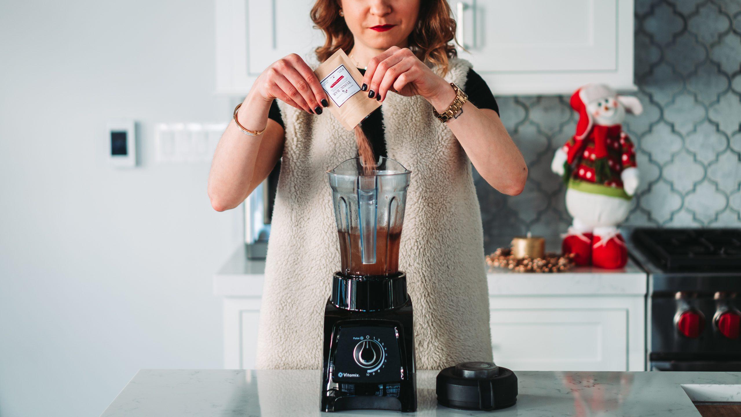 Imagem de uma mulher utilizando um liquidificador.