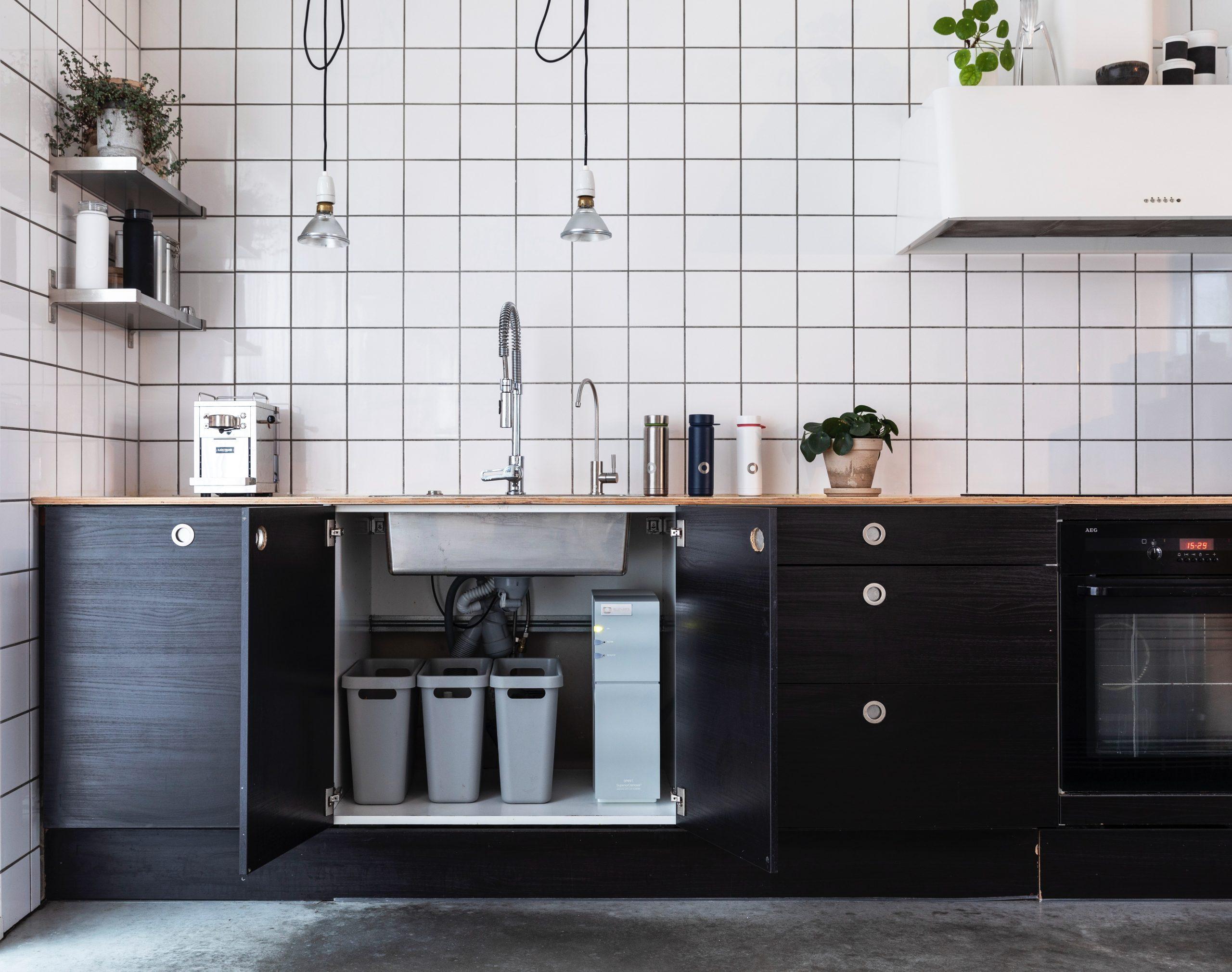 Imagem de cozinha com purificador de água em bancada