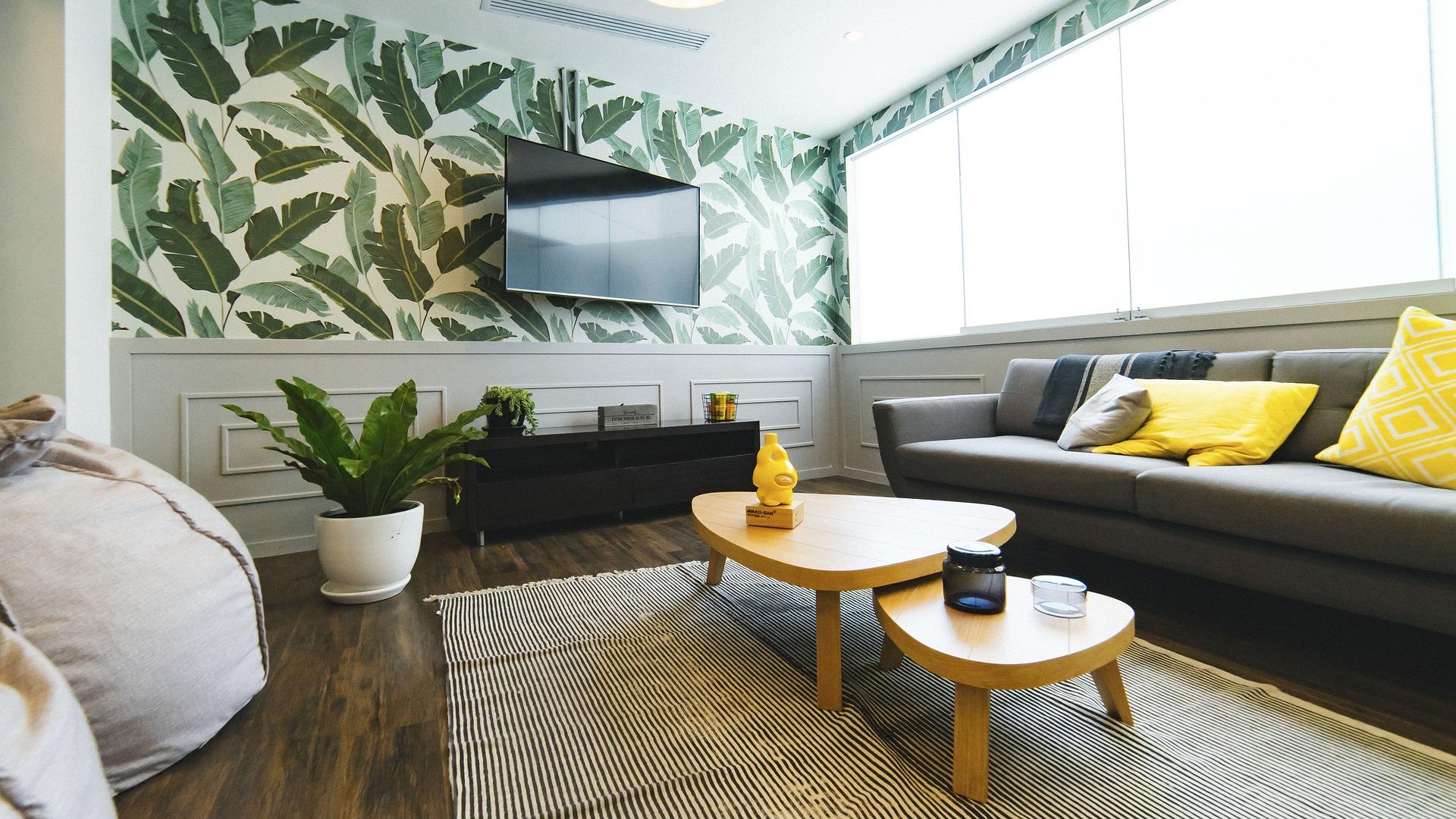 Na foto uma sala de estar com uma TV instalada em suporte de TV de teto.