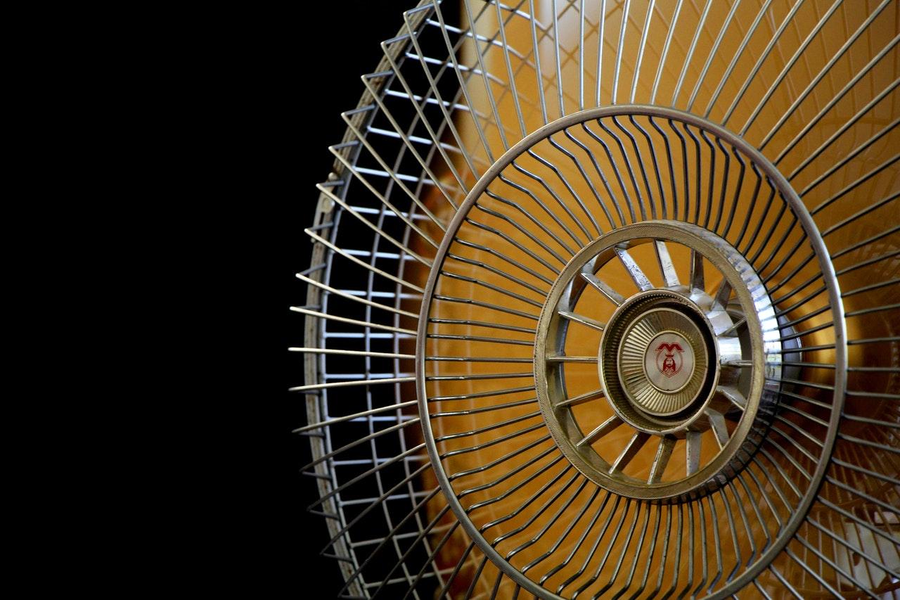 Na foto um ventilador de metal.