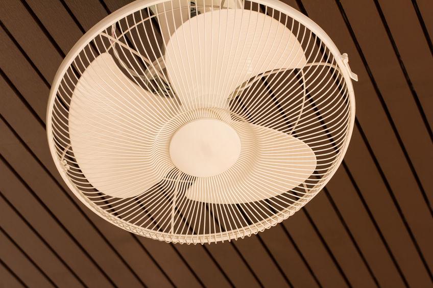 Na foto um ventilador de parede branco com pás azuis.
