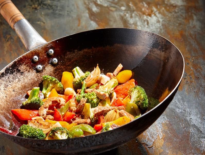 Panela wok com legumes e carne.
