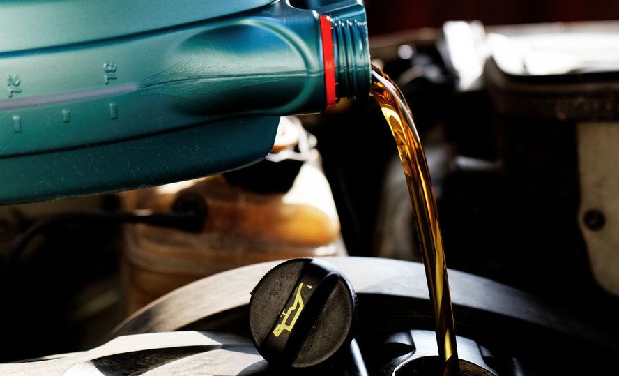 colocando óleo de motor