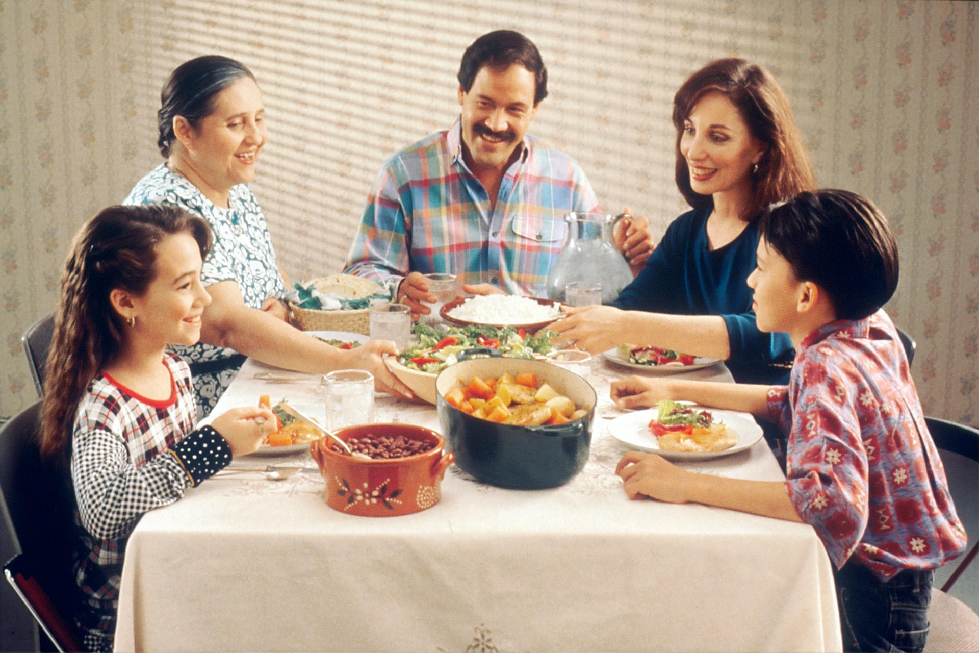Família almoçando na mesa.